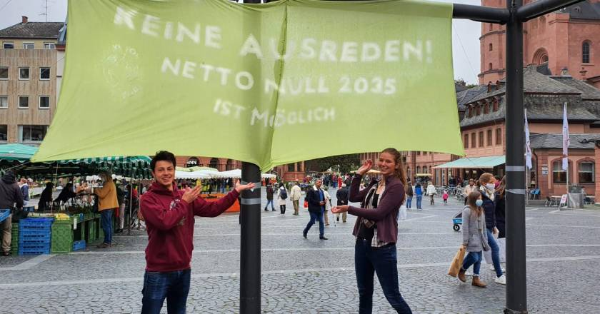 CO2-neutral bis 2035: Banneraktion von Fridays for Future Mainz