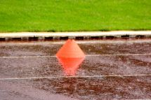 Zwischendurch mussten die Mannschaften im strömenden Regen spielen.