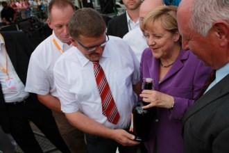 Vom Brauhaus Reschke gab's für die Bundeskanzlerin eine Flasche Jubiläumsbier.