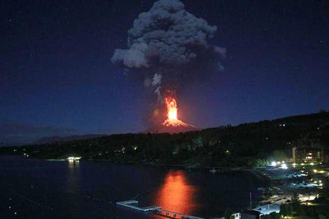 Impressive Lava Fountain as Villarrica Erupts in Chile