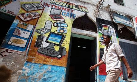 Un hombre camina delante de una nueva tienda de internet, en Mogadiscio. Fuente: Ismail Taxta/Reuters