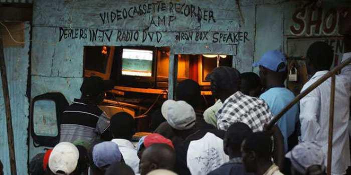 Imagen de un grupo de keniatas viendo la televisión. Fuente: EFE