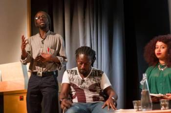 Leeto Thale (de pie), junto a Nii Ayikwei y Warsan Shire