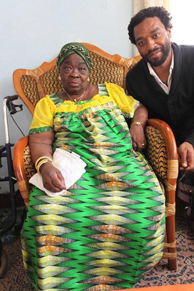 El actor Chiwetel Ejiofor (a la derecha) junto a la viuda de Patrice Lumumba, Pauline. Foto: Benoit Van Maele/Oxfam.