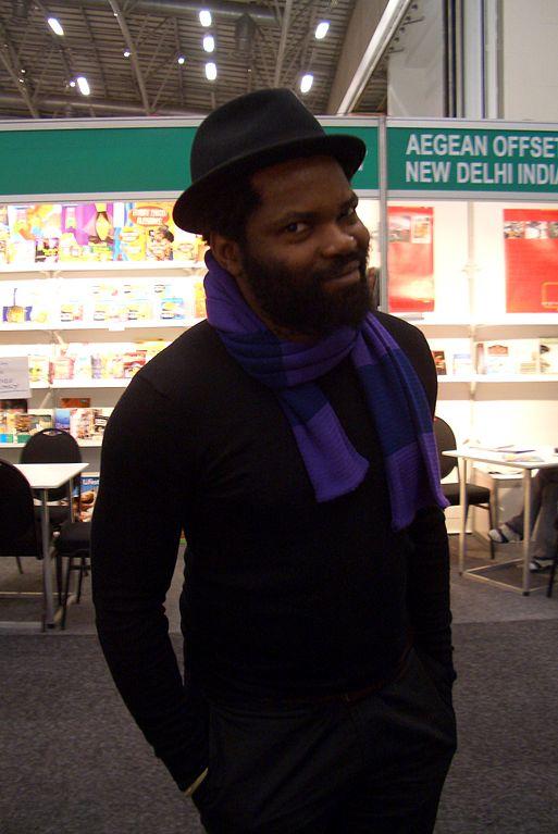 El camerunés afincado en Sudáfrica, Ntone Edjabe, editor de The Chimurenga Chronic y fundador de la plataforma Chimurenga. Fuente: Wikimedia - Lettera27