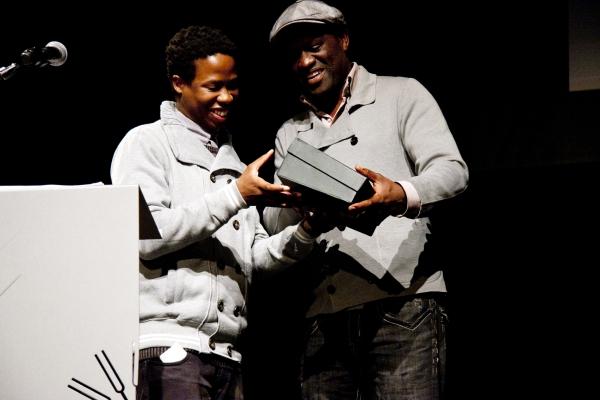Masanda Ntshanga recibe el premio de Alain Mabackou. Fuente: Books Live