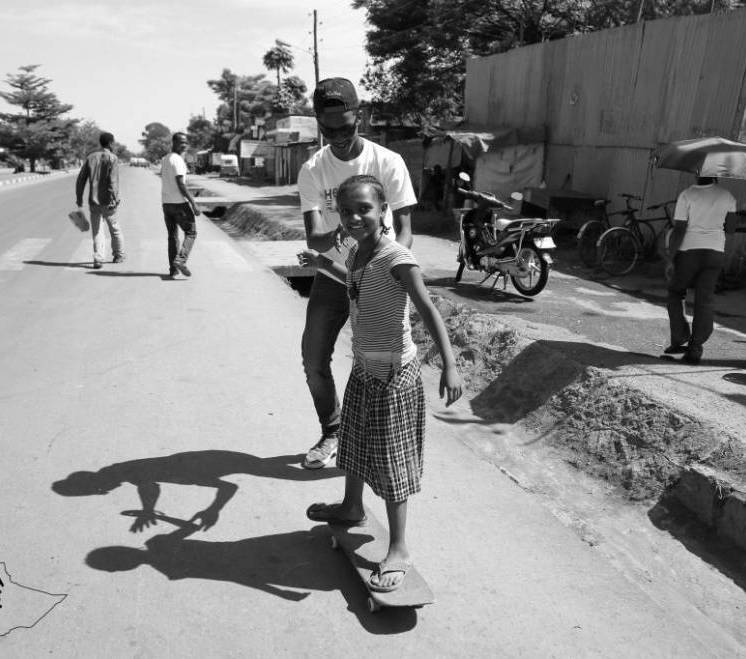 Abenezer enseñando a una niña. Foto: Sean Stromsoe.