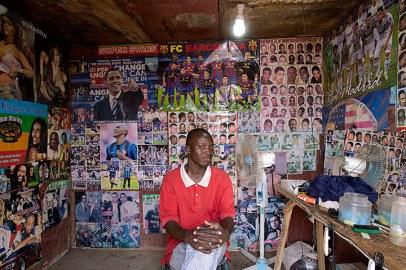 The Barbers, Bamako No.6 (2012) © Andrew Eseibo