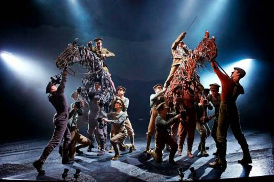 Reparto de War Horse en el New London Theatre. Foto: Brinkhoff.