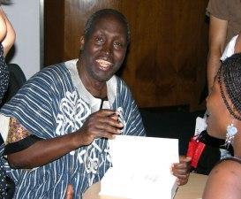 Ngũgĩ wa Thiong'o firmando autógrafos en Londres en Londres. Foto: David Mbiyu, a través de Wikipedia.