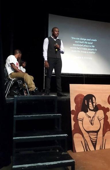 Brice Ludovic Bendzy Mvogo, durante la presentación de las publicaciones de New Era Publishers. Fuente: Facebook de la compañía.