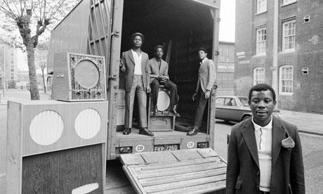 Denis Morris, Hackney 1973. Morris fotografió a la comunidad afrocaribeña de Hackney en Londres entre 1960 y 1970 con la música como elemento clave de su trabajo, en especial la subcultura soundsystem traída a la ciudad por los migrantes jamaicanos durante esa década.
