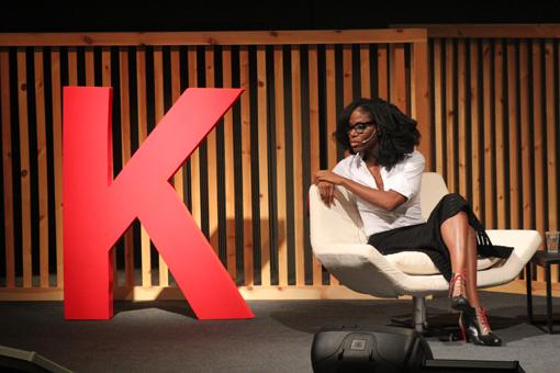 Taiye Selasi habla con el público durante su presencia en el CCCB. Foto: Carlos Bajo