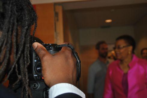 Graça Machel entrado a la rueda de prensa junto a Xavier Aldekoa. Imagen de Gemma Solés.