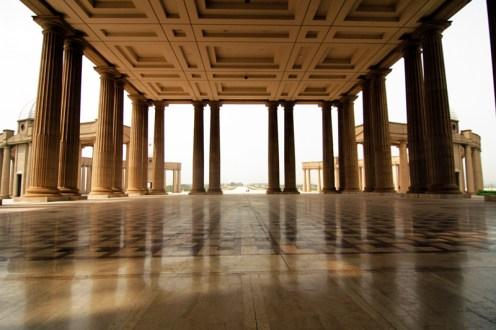 La estructura impotente recibe al peregrino con 128 columnas de 21 metros de altura. Foto: Sebastián Ruiz
