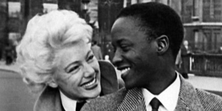 Africa sur Seine (1955) dirigida por Jacques Melo Kane Mamadou Sarr y Paulin Vieyra Soumanou, fue el primer cortometraje realizado por directores africanos y marca el comienzo de los cines africanos.