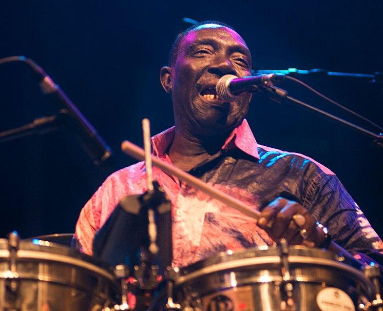 Balla Sibide, percusionista y cantante de la Orchestra Baobab durante una actuación / Foto: Mário Pires