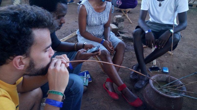 Turistas y público local comparten el ritual del Ajono en el recinto del Festival Bayimba. Fotografía: Gemma Solés/Wiriko.