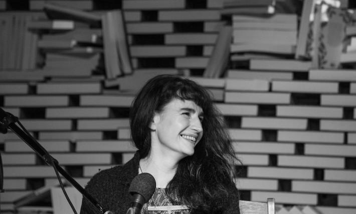 La escritora sudafricana Sarah Lotz, especializada en literatura de zombies, en una imagen del portal bookslive.co.za