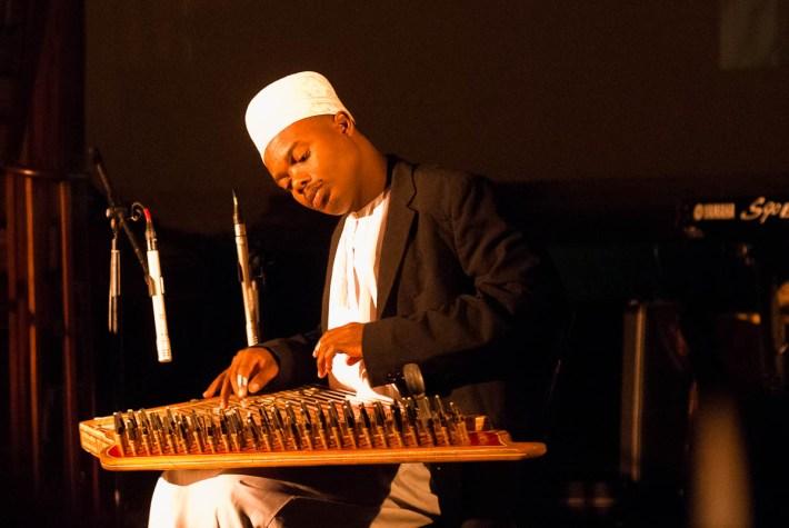 Uno de los músicos de Culture Musical Club, de Zanzibar, tocando el qanun, instrumento tradicional de la músic taarab. Foto de Adrian Bischoff.