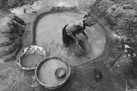 bn-high-res_red-gold-woman-works-in-palm-pit_karimah-ashadu-2016