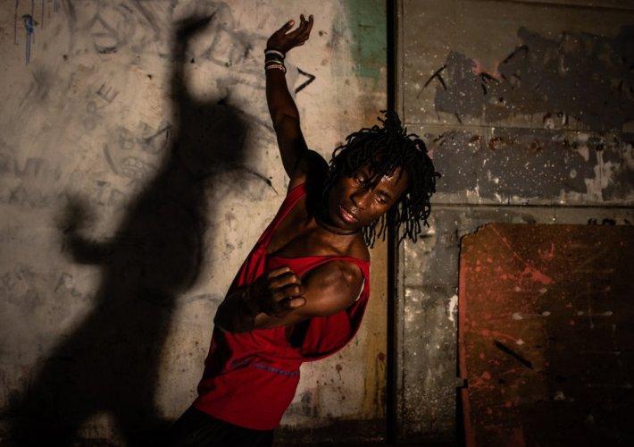 El bailarín Robert Ssempijja baila para el proyecto 'Shadowed' de Esther Mbabazi.