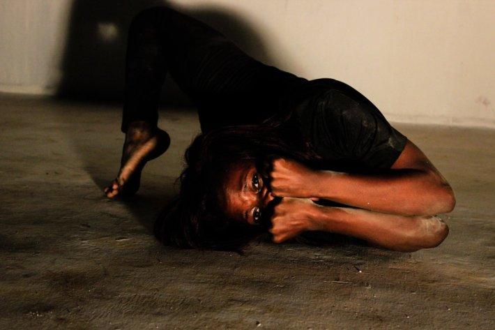La bailarina Daphne Tumwebaze baila para el proyecto 'Shadowed' de Esther Mbabazi. Uganda.