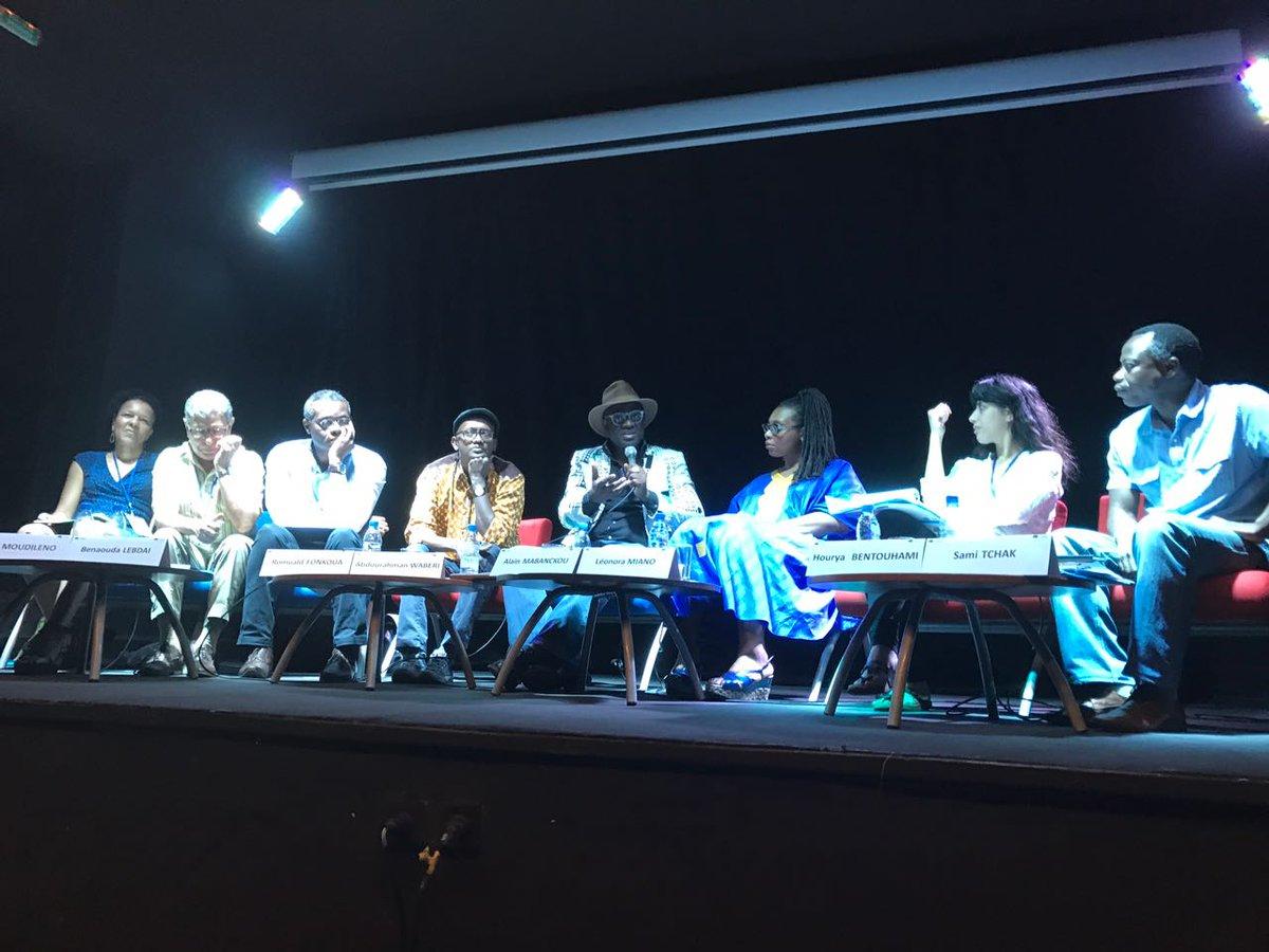 Una de las mesas de los encuentros, con la presencia de los cuatro literatos. Fuente: Perfil de Twitter de la Embajada de Francia en Senegal