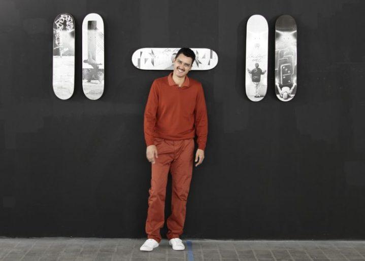 Robin Rhode posando frente a la colección limitada de cinco skates que realizó para Skateistan.