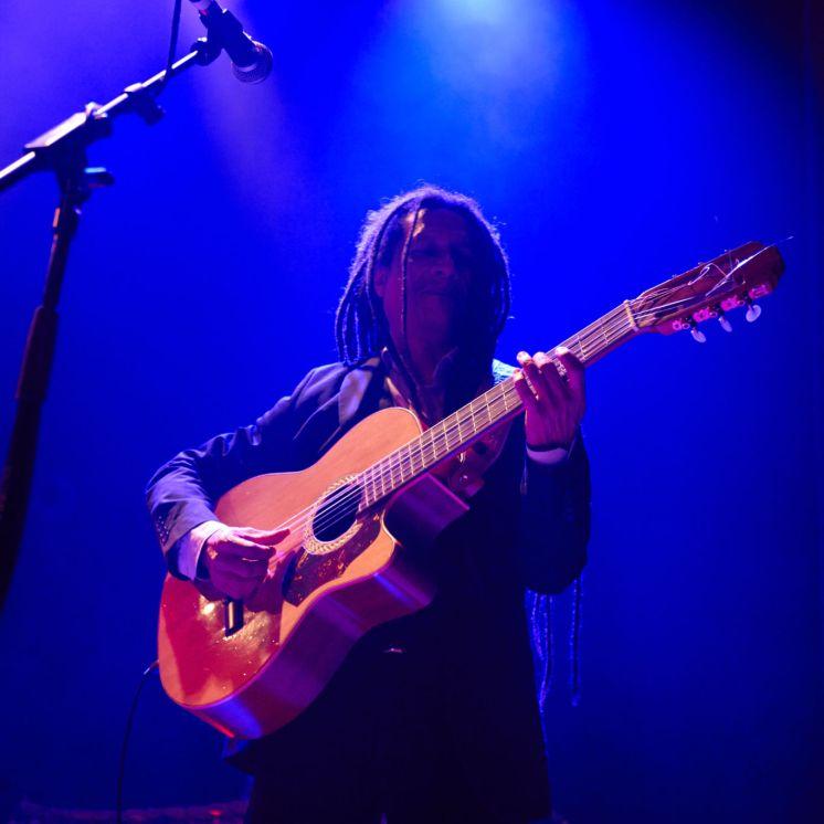 El guitarrista cubano Piki Bosh durante la actuación en Londres de AfroCubism Revisted. Foto: @dennismcinally