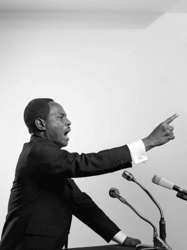 Autorretrato de Samuel Fosso como Martin Lutther King, perteneciente a la colección Espíritus Africanos (2008). Galerie Jean-Marc Patras, Paris