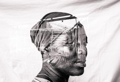 """""""Antes de que ocurriera la crisis que afectó a mi comunidad en 2016, teníaunas tierras y una gran tienda a la que le estaba yendo bien, las ventas fueron grandes. Ahora no tengo nada. Cuando pienso en todo lo que he perdido, lloro. No he vuelto a ser la misma"""", Janet Apotinpe, 48, Lagos, Nigeria. Fotografía de Etinosa Yvonne"""