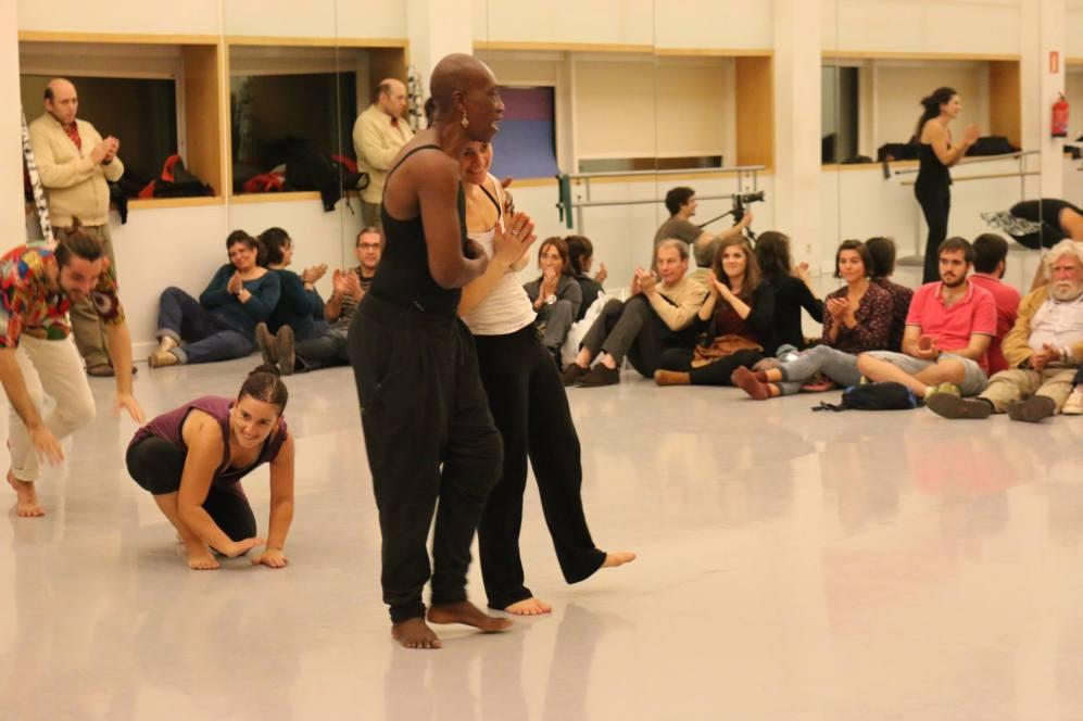 Germaine Acogny y Aïda Colmenero durante una formación en el Teatro del Canal. (Foto cedida por Aïda Colmenero Dïaz)