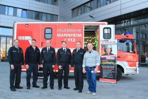 Auszeichnung der Feuerwehr Mannheim mit dem Feuerkrebs Award, im Hintergrund der GW-Logistik