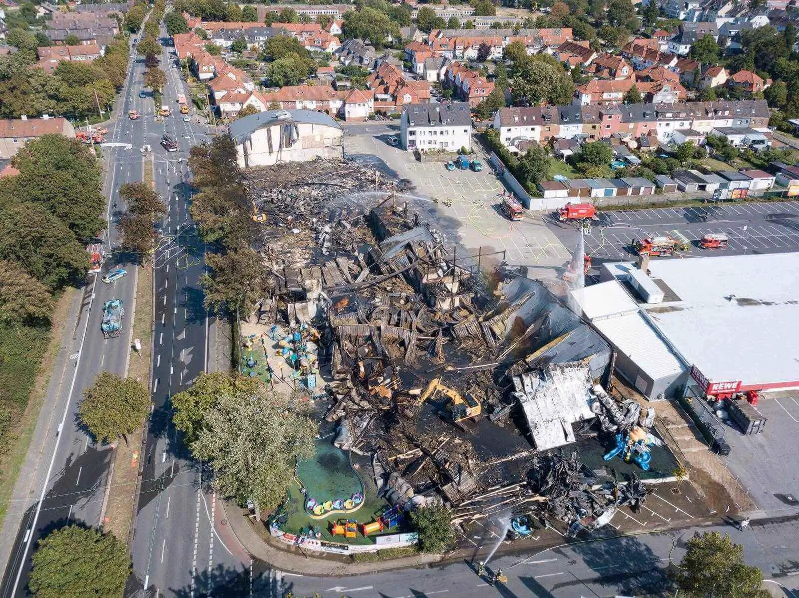Gebäudekomplex eines Indoorspielplatzes brennt nieder - alle Personen konnten sich unverletzt aus dem Gebäude retten
