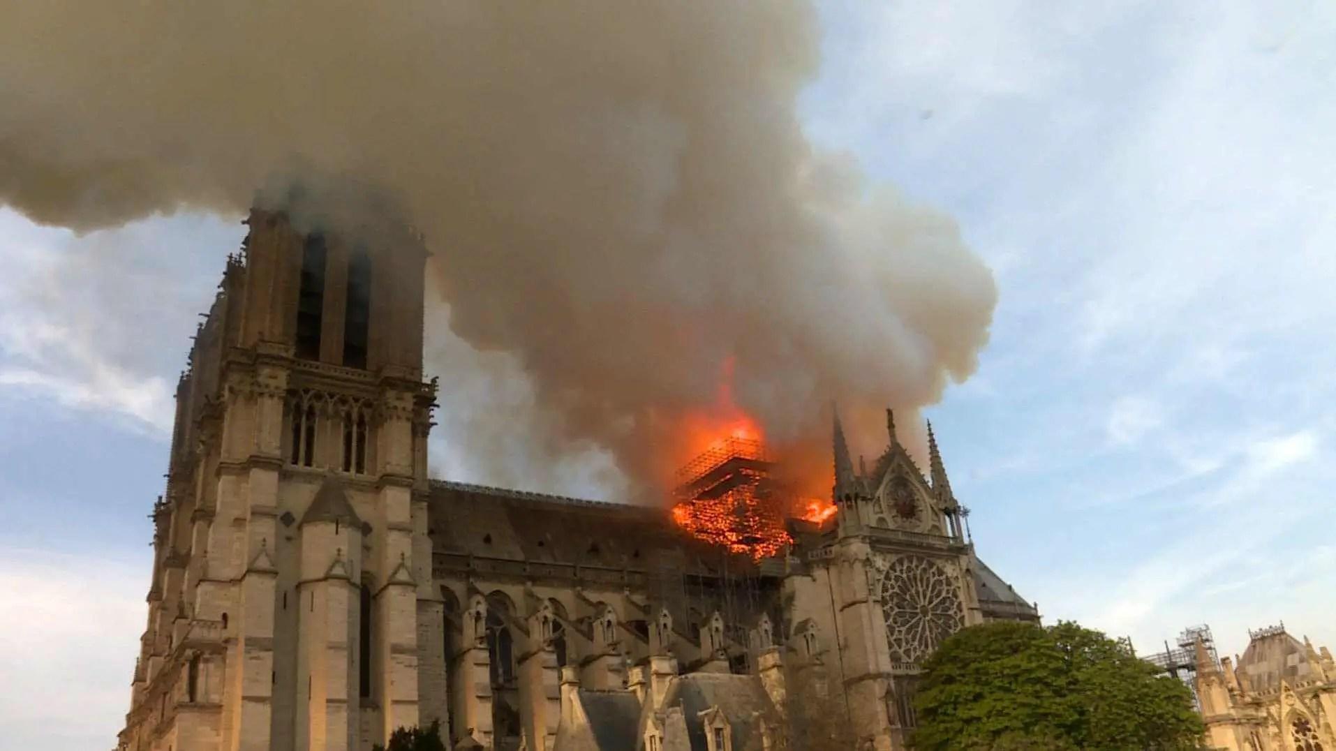 """Ein Brand, der die Welt bewegte: National Geographic präsentiert """"Notre-Dame: Kampf gegen die Flammen"""" am 21. September / """"Notre-Dame: Kampf gegen die Flammen"""""""