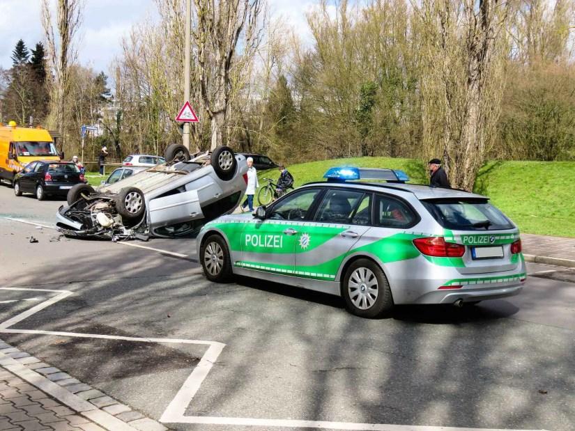 Absicherung eines Verkehrsunfalls durch die Polizei