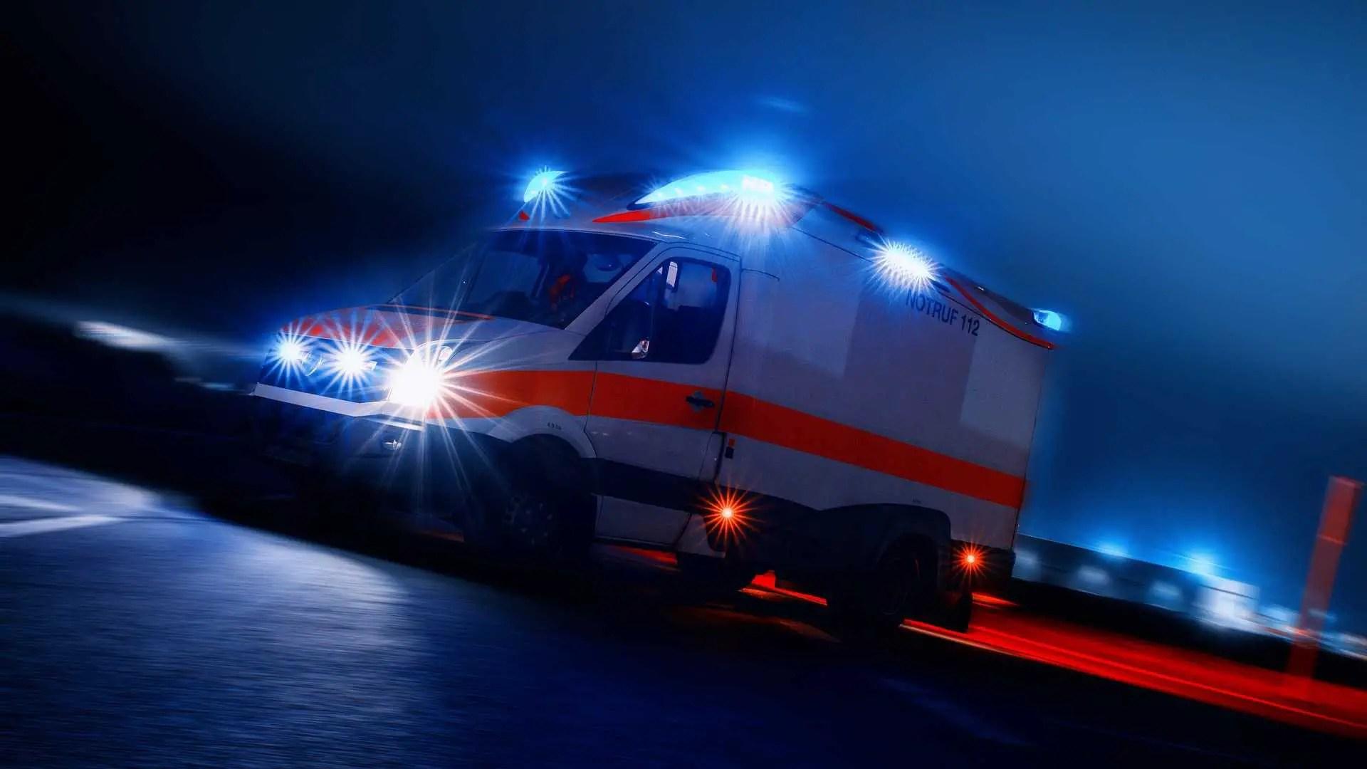 Rettungswagen mit eingeschaltetem Blaulicht