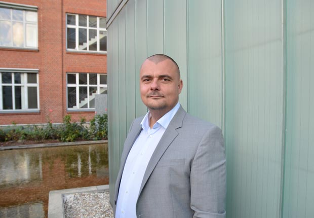 André Mattick, Geschäftsführer der Aletheia Personalservice GmbH, vor dem neuen Büro in Bielefeld. (Foto: Aletheia)