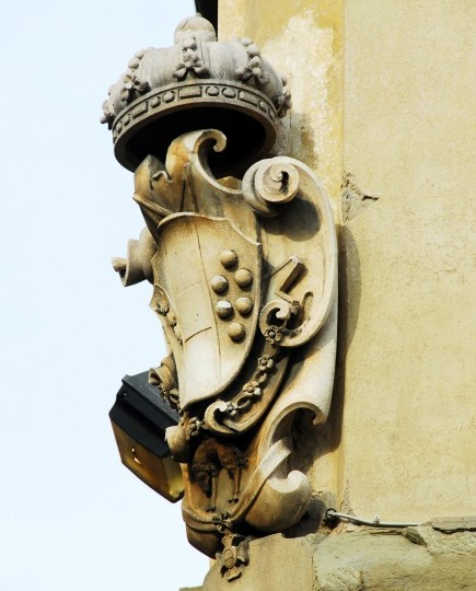 The ubiquitous Medici escutcheon in Florence