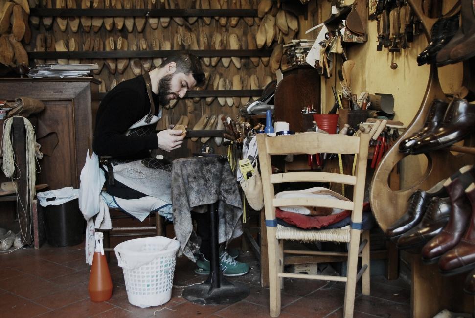 Shoe master Roberto Ugolini and his traditional atelier in Santo Spirito