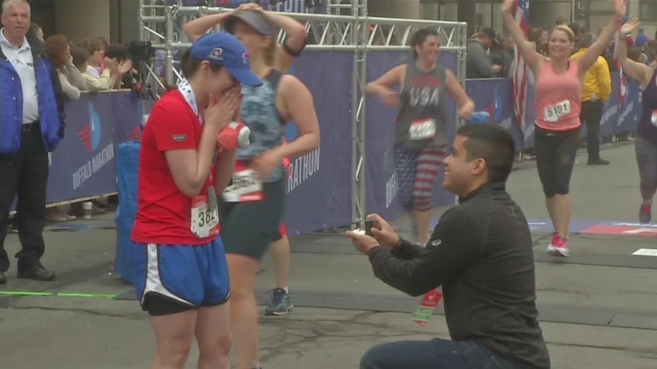 Couple gets engaged at Buffalo Marathon