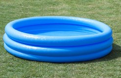 Divertida Piscina azul profundo con tres aros!! tiene una medida ideal 1.47 metros de diámetro X 13 centímetros de altura adecuada paraniños mayores de 6 años, tiene una capacidad al 90% de 337 litros, por ultimotiene un tiempo de montaje de 15 minutos entre 2 personas incluye parche de reparación (Intex58426 Crystal Blue Pool)