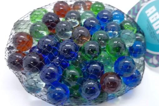 100 canicas miden 17 milímetros de diámetro por supuesto están hechas de vidrio por lo general se utilizan para diversos juegos de canicas universales como tirito, hoyito, quemados, rayuela su uso seapara manualidades