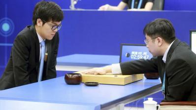 Der chinesische AlphaGo-Spieler Ke Jie (links) schaut am 23. Mai 2017 bei einem Spielzug zu. Quelle: dpa