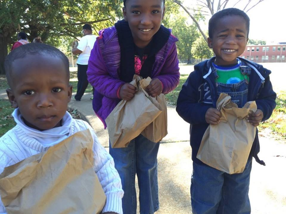 Kids passing out lunch to homeless_99645