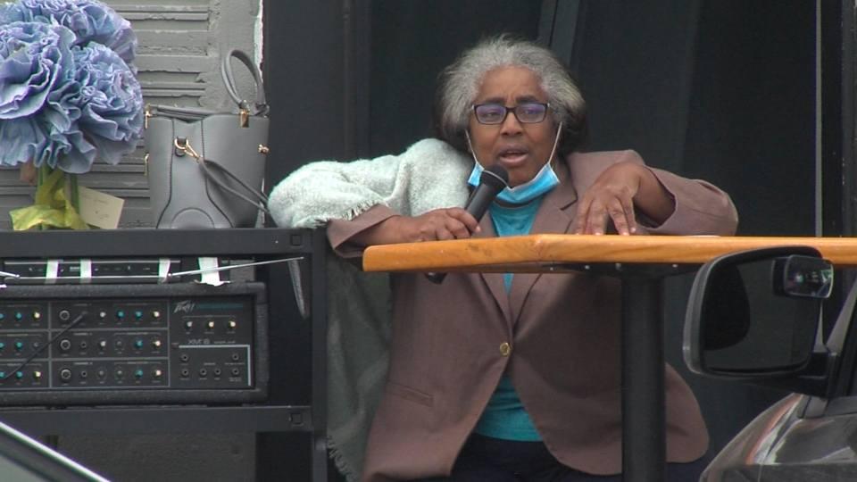 Sixth Ward Councilwoman Anita Davis held Coffee and Conversations at Flambeau's Live.