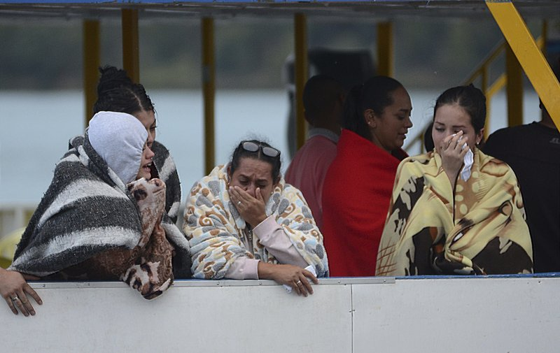 Dozens missing after tourist boat sinks in Colombia_420338