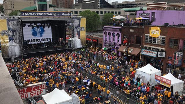 Downtown Nashville crowd for Smashville Bash_414802
