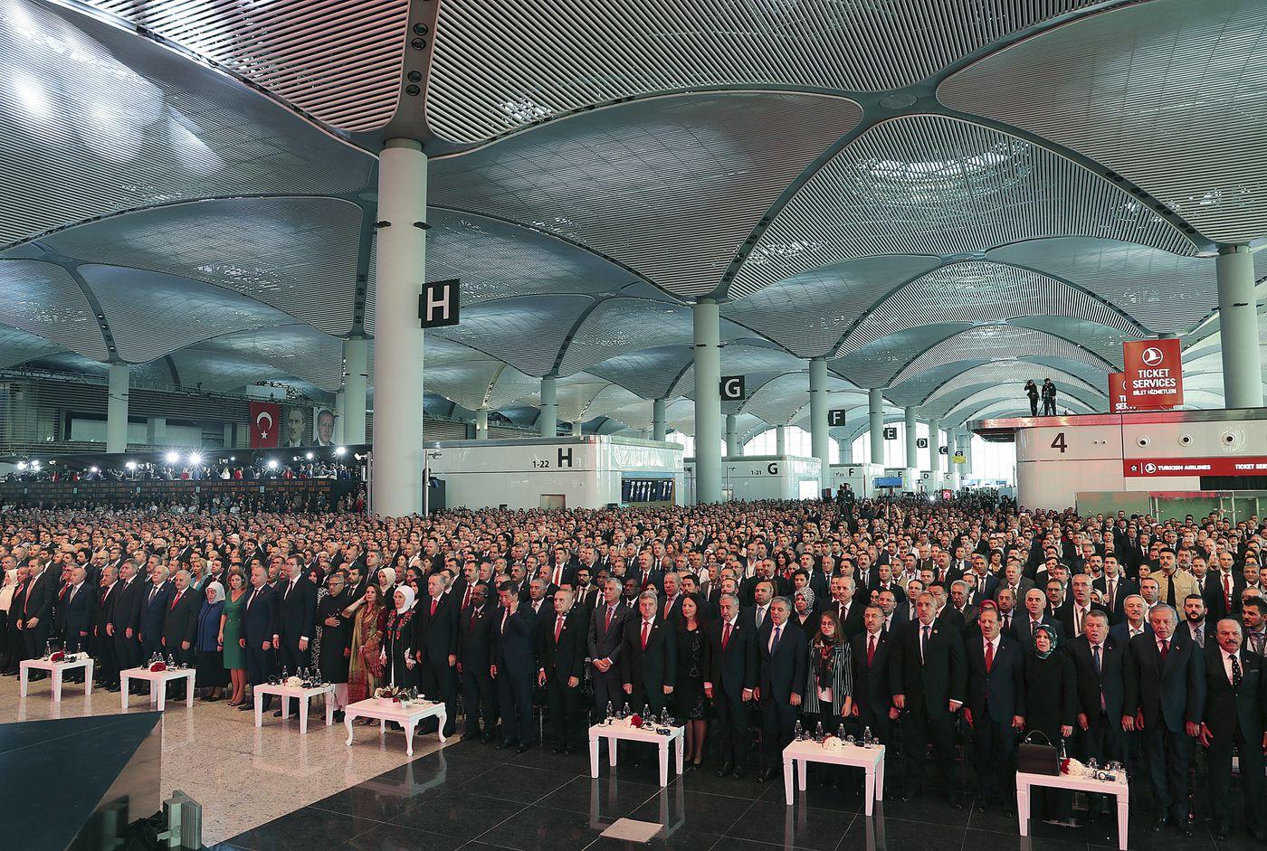 El presidente de Turquía, Recep Tayyip Erdogan, y los dignatarios extranjeros asisten a la ceremonia de inauguración de un nuevo centro de aviación en Estambul el lunes 29 de octubre de 2018, un proyecto que ha impulsado para cumplir su sueño de convertir a Turquía en un jugador global.  Erdogan anunció que el Aeropuerto de Estambul estaba abierto para las operaciones en un día especial: el 95 aniversario del establecimiento de Turquía como república después de su guerra de independencia. (Foto AP / Emrah Gurel)
